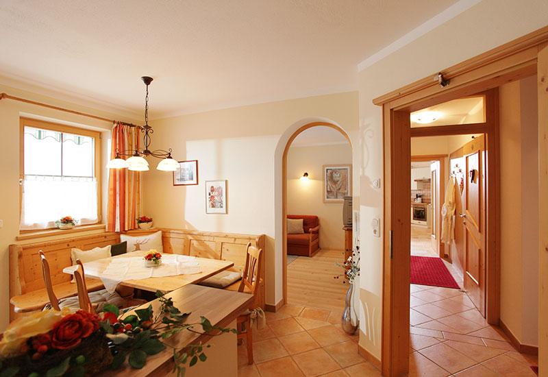 Gemütlicher Wohnbereich mit Esstisch für gesellige Stunden in den familienfreundlichen Appartements