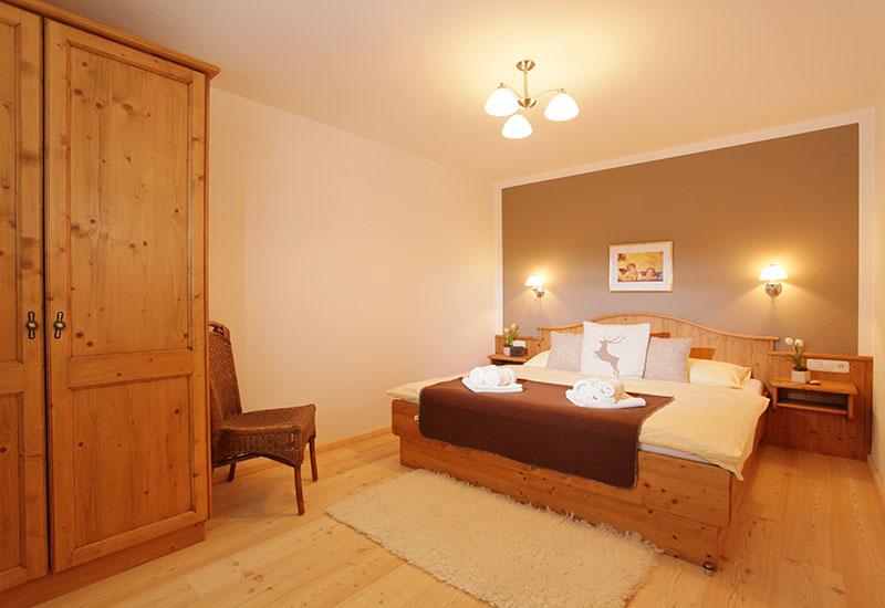 Appartements an der Gondelbahn – Schlafzimmer im Landhausstil